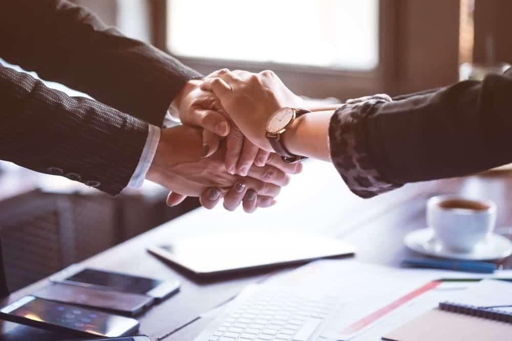 ファクタリング初心者は信頼できる中間紹介業者を選ぶべき